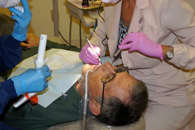 Homem sênior no escritório do dentista fotografia de stock royalty free