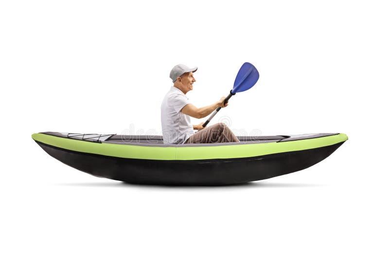 Homem sênior num remo de kayak foto de stock