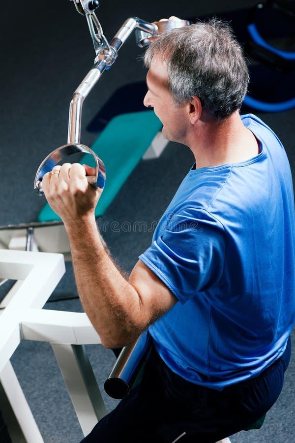 Homem sênior que exercita na ginástica fotografia de stock