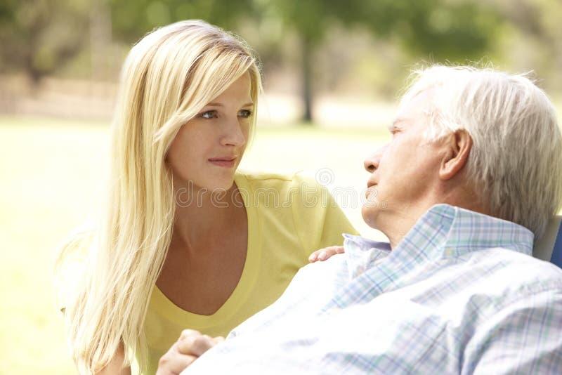 Homem sênior que fala à filha adulta fotos de stock royalty free