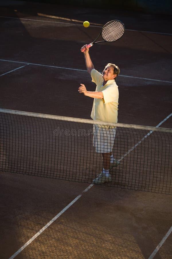 Homem sênior que joga o tênis imagens de stock royalty free