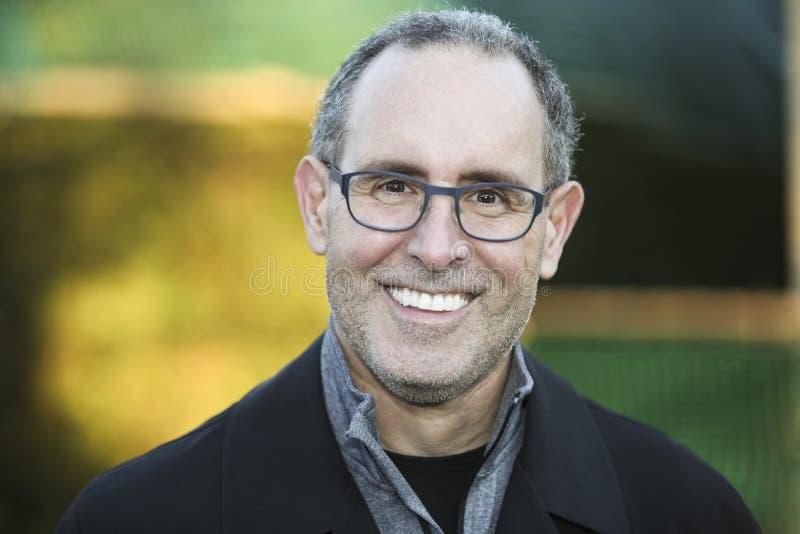 Homem sênior que sorri na câmera foto de stock royalty free