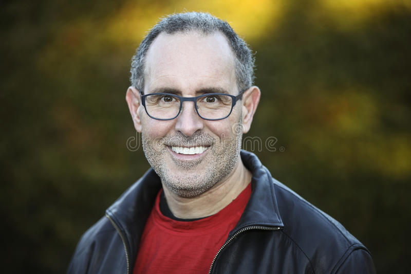Homem sênior que sorri na câmera fotos de stock