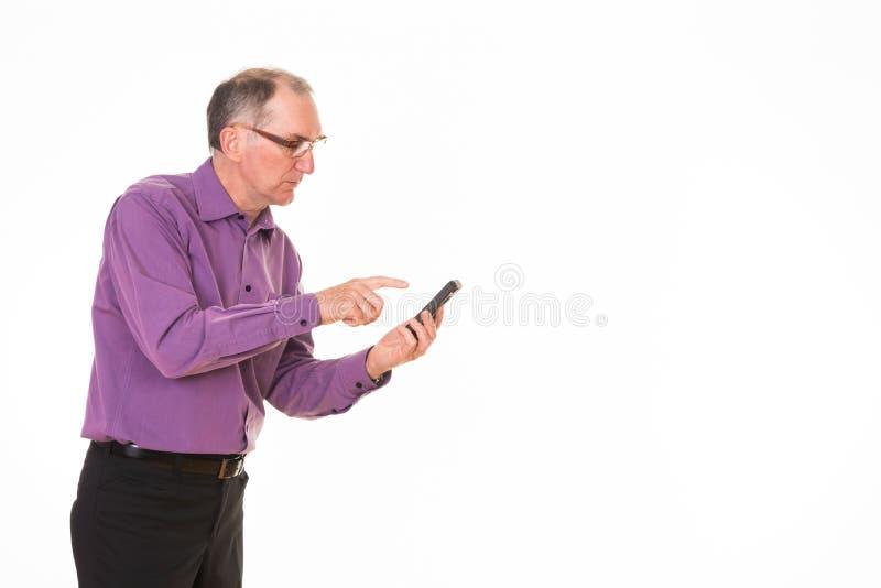 Homem sênior que usa o telefone de pilha fotos de stock