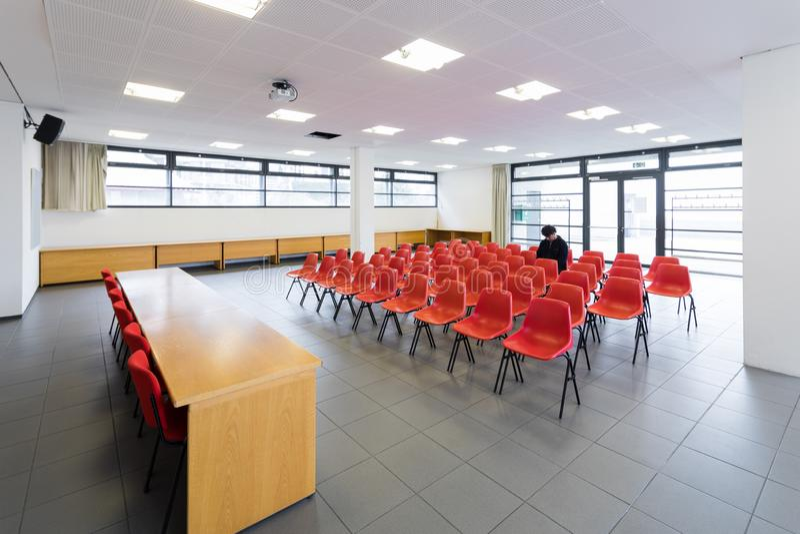 Homem só na sala de conferências vazia, conceito fotos de stock royalty free