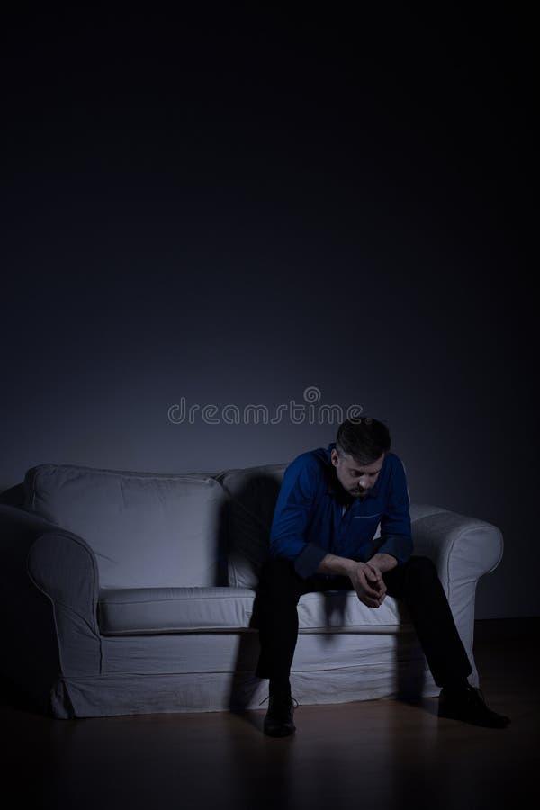 Homem só no apartamento vazio imagem de stock