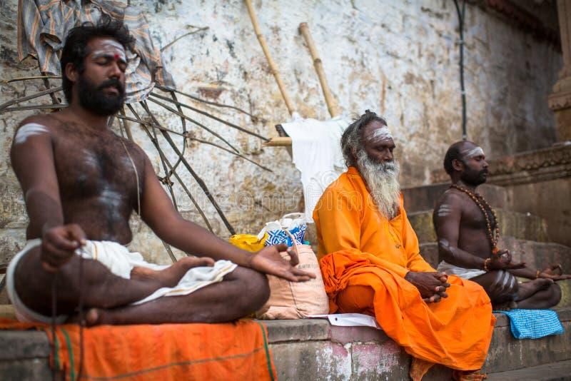 Homem santamente de Sadhu no Dashashwamedh Ghat do rio de Ganga imagem de stock royalty free