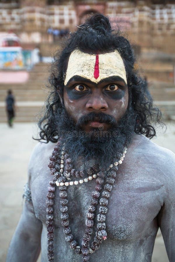 Homem santamente de Sadhu nos ghats do rio de Ganga varanasi fotografia de stock