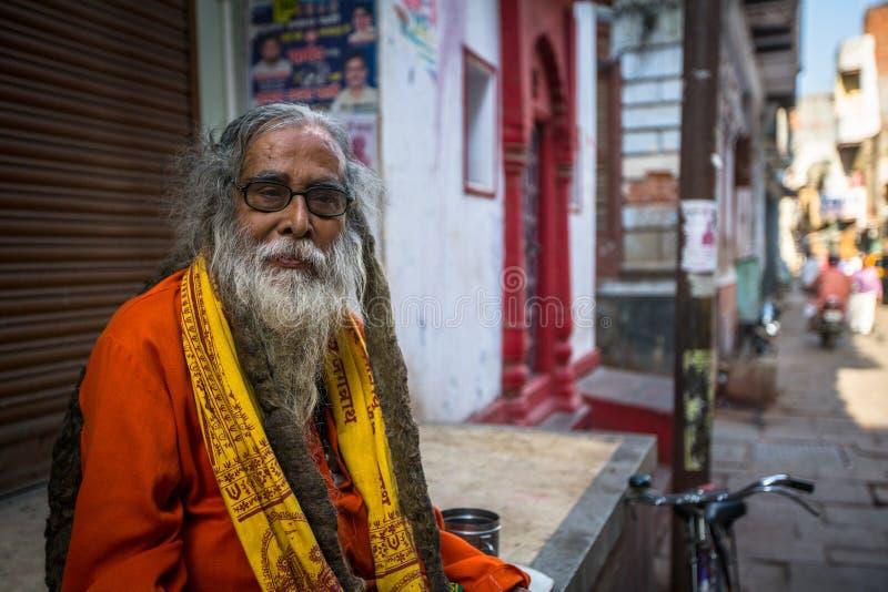 Homem santamente de Sadhu ou de babá nos ghats de Ganges River Normalmente um sadhu é uma monge, apreciação material renunciada,  imagem de stock