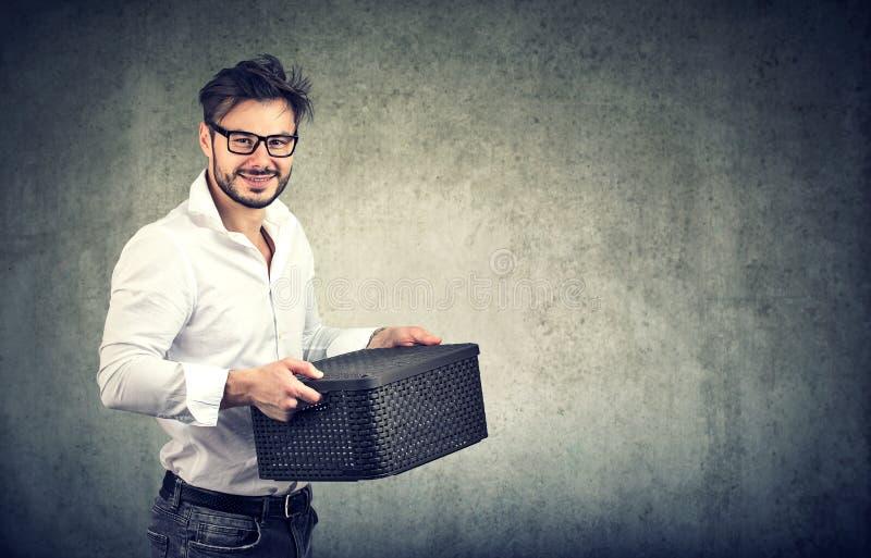 Homem satisfeito com caixa do material fotos de stock