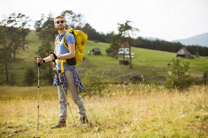 Homem saudável ativo que caminha na natureza imagens de stock royalty free