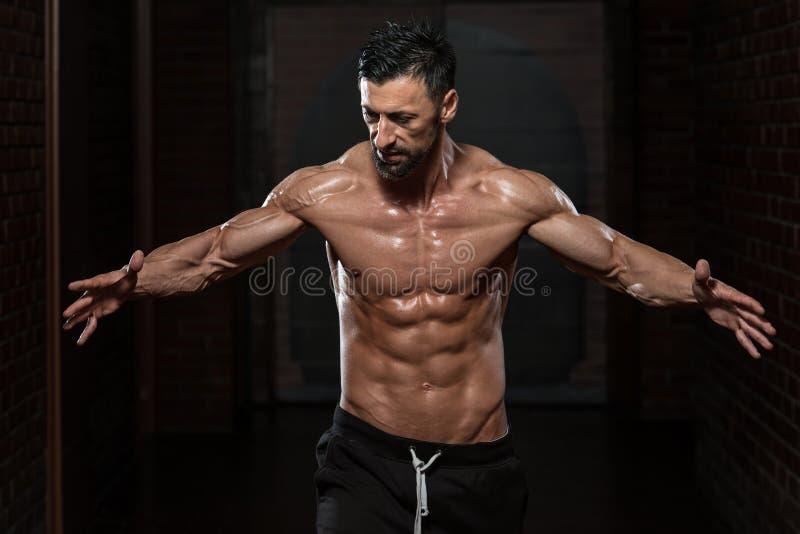 Homem saudável que dobra os músculos fotografia de stock royalty free