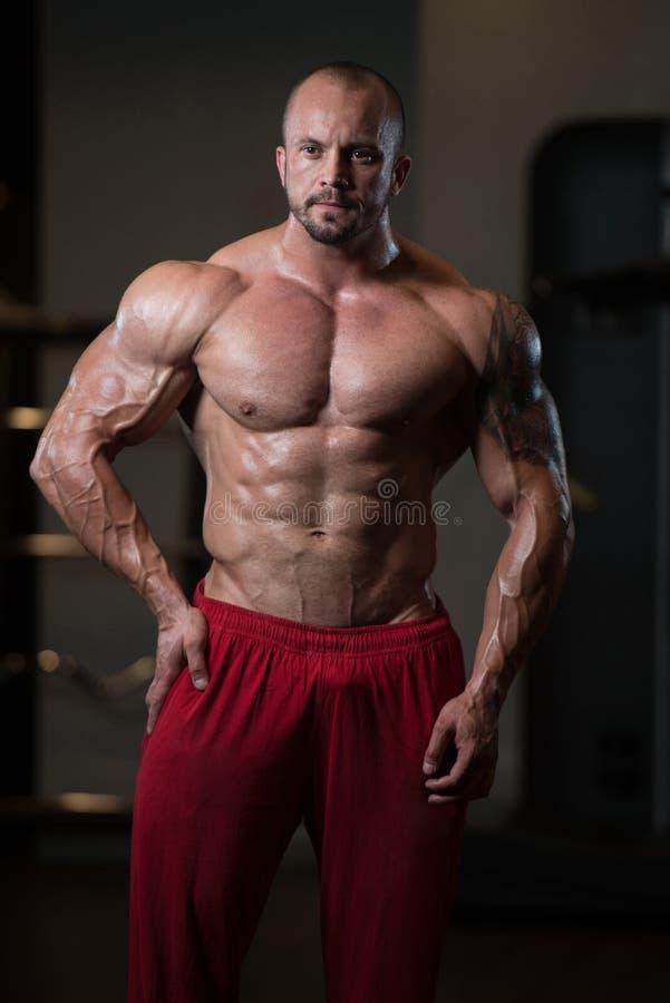 Homem saudável que dobra os músculos foto de stock royalty free
