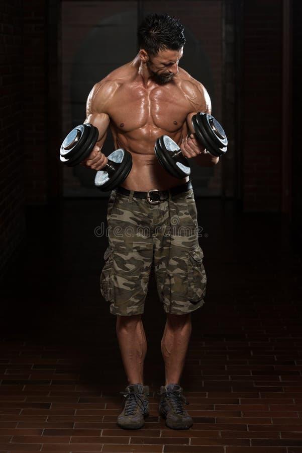 Homem saudável que faz o exercício para o bíceps imagens de stock royalty free