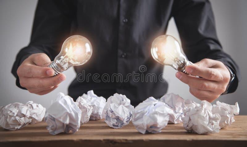 Homem segurando lâmpadas Conceito de inspiração e criatividade imagens de stock