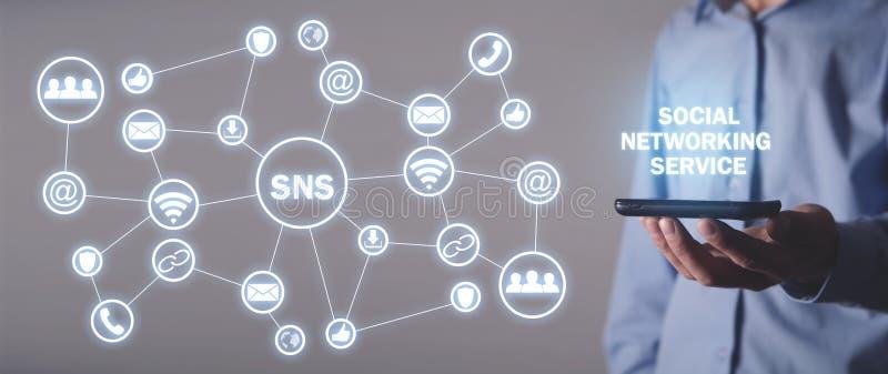 Homem segurando smartphone SNS Serviço de Rede Social fotografia de stock