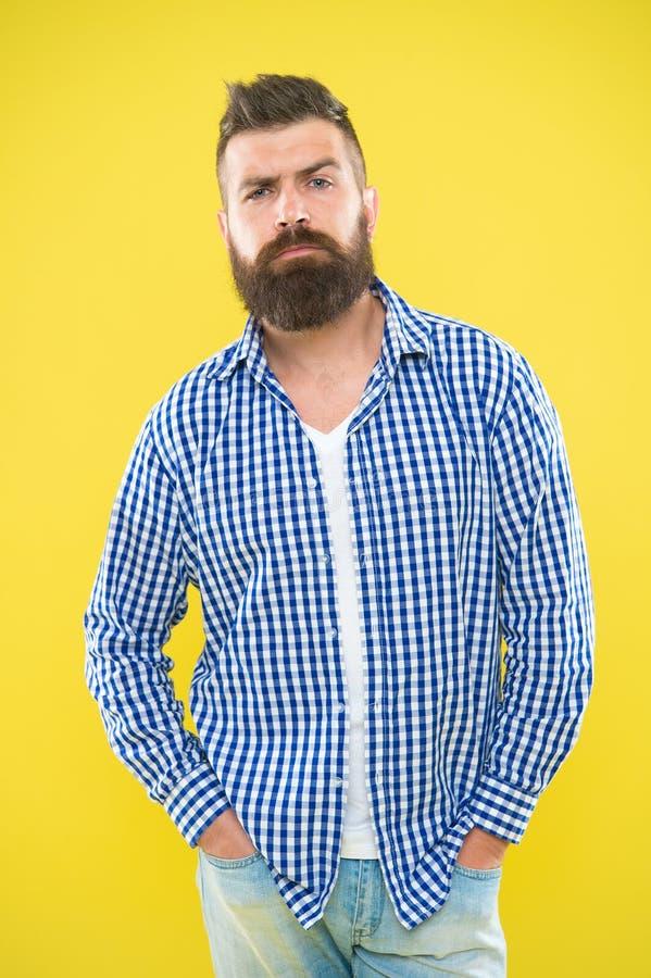 Homem seguro com a barba no fundo amarelo Mãos seguras da posse do homem do moderno do verão no bolso Forma masculina e imagem de stock