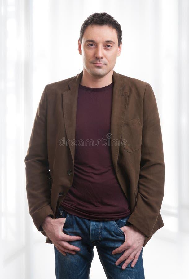 Homem seguro considerável novo no terno fotos de stock