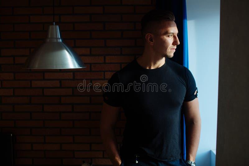 Homem seguro novo na casa moderna imagem de stock