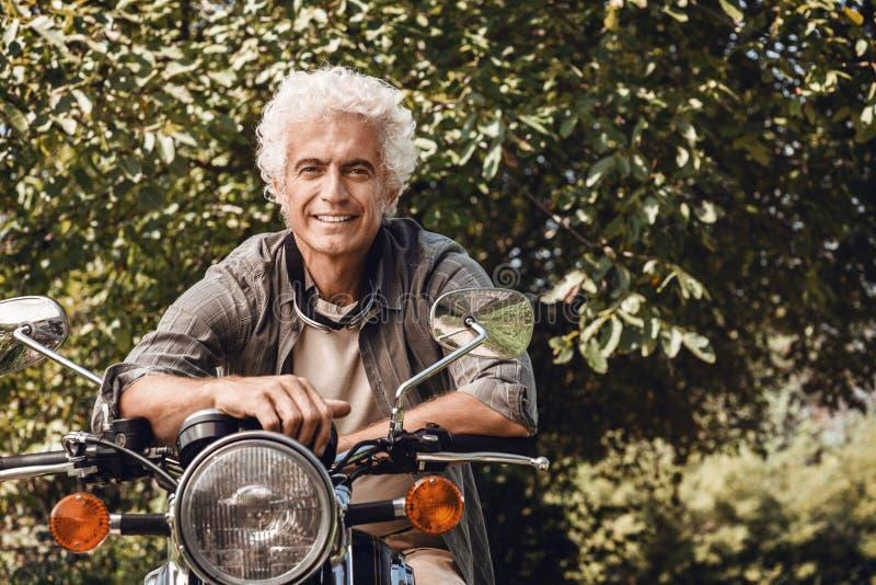 Homem seguro que monta um velomotor fotografia de stock royalty free