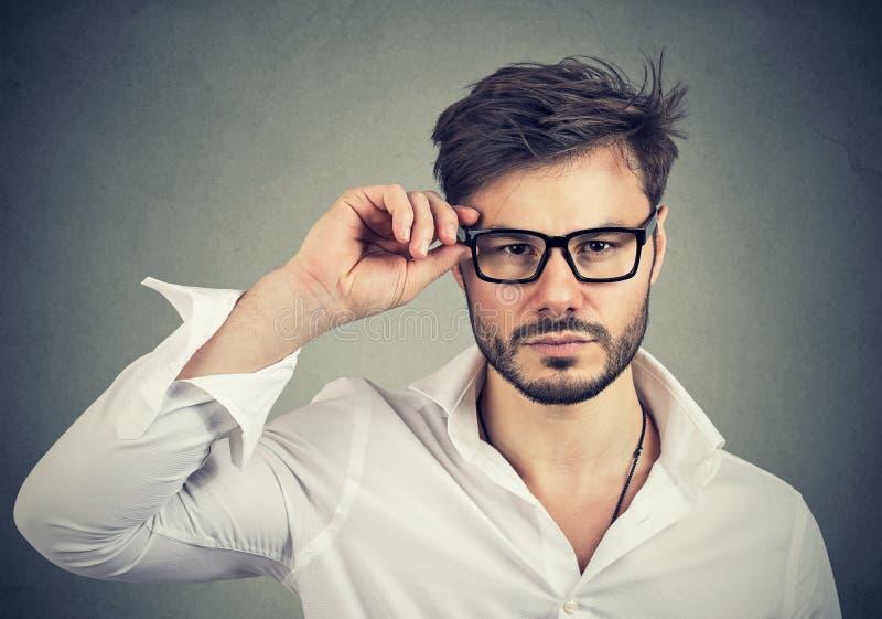 Homem seguro que veste monóculos na moda imagem de stock royalty free