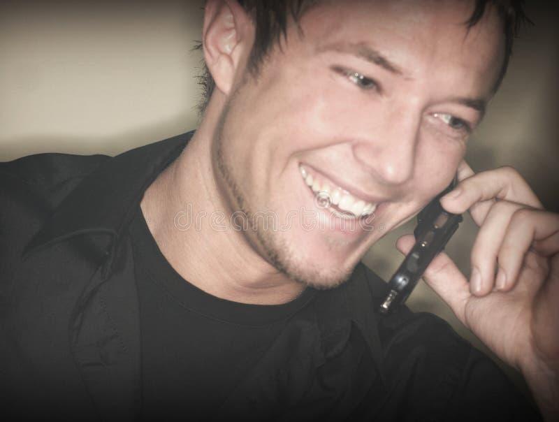 Homem selvagem que fala no telefone de pilha fotografia de stock
