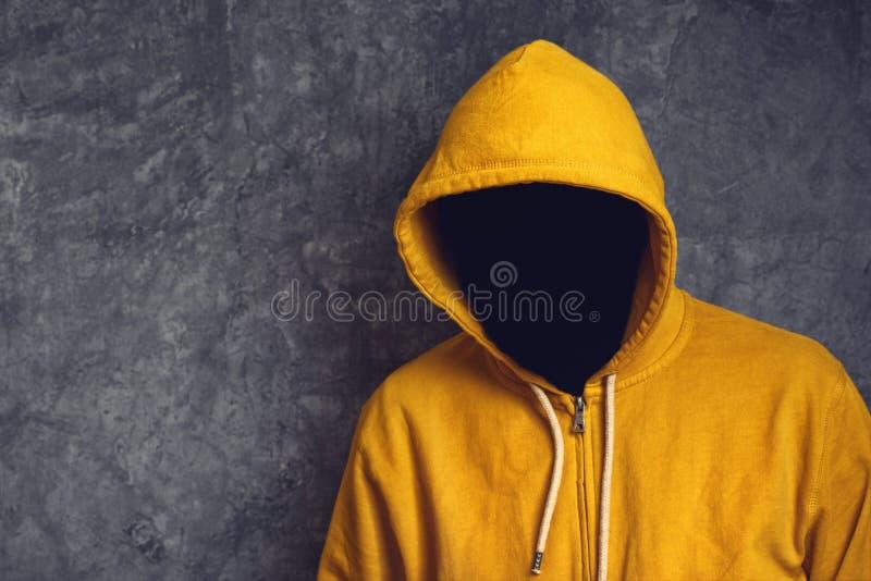 Homem sem cara com revestimento de Hodded fotografia de stock royalty free
