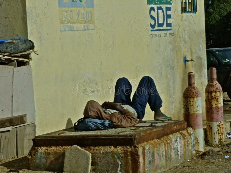 Homem senegalian de sono imagem de stock royalty free