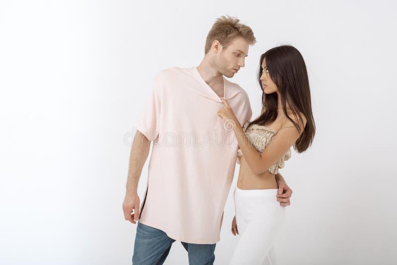 Homem sensual que abraça a jovem mulher bonita foto de stock royalty free