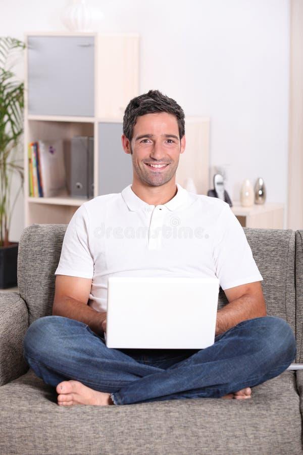 Homem sentado em casa foto de stock royalty free