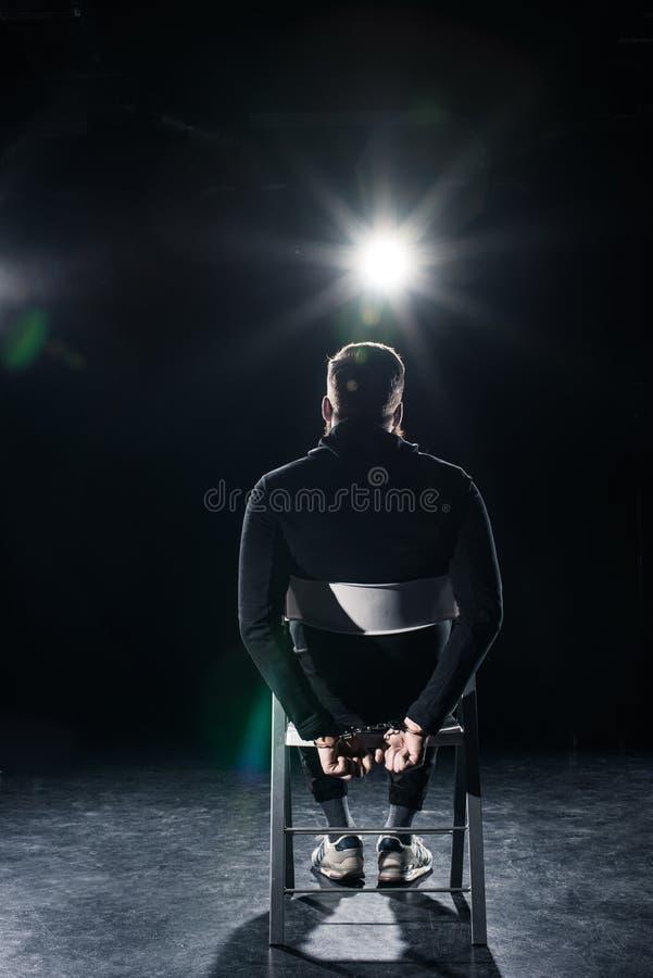 Homem sequestrado que senta-se na cadeira foto de stock royalty free