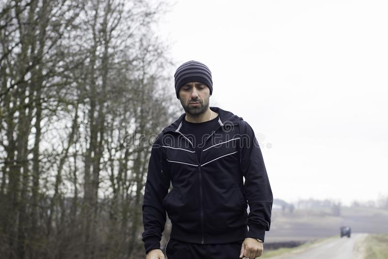 Homem severo carismático durante sessão running no campo imagens de stock