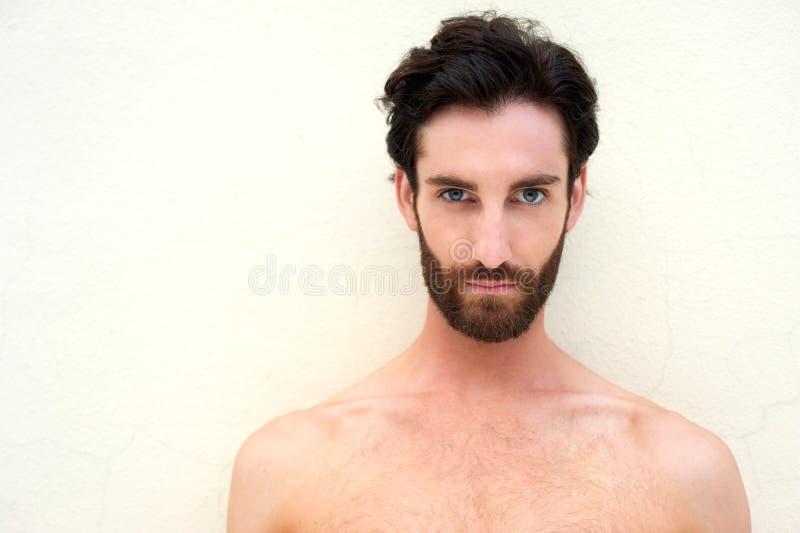 Homem 'sexy' descamisado novo com barba foto de stock