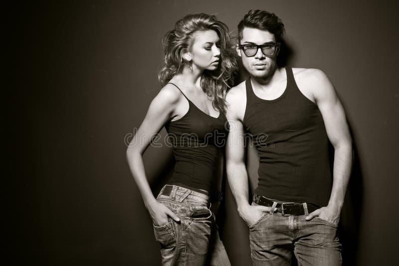 Homem 'sexy' e mulher que fazem um tiro de foto da forma fotografia de stock