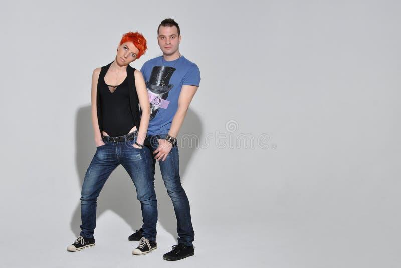Homem 'sexy' e mulher que fazem uma sessão fotográfica da forma em um estúdio profissional foto de stock royalty free