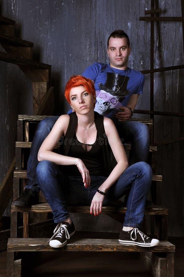 Homem 'sexy' e mulher que fazem uma sessão fotográfica da forma em um estúdio profissional imagens de stock