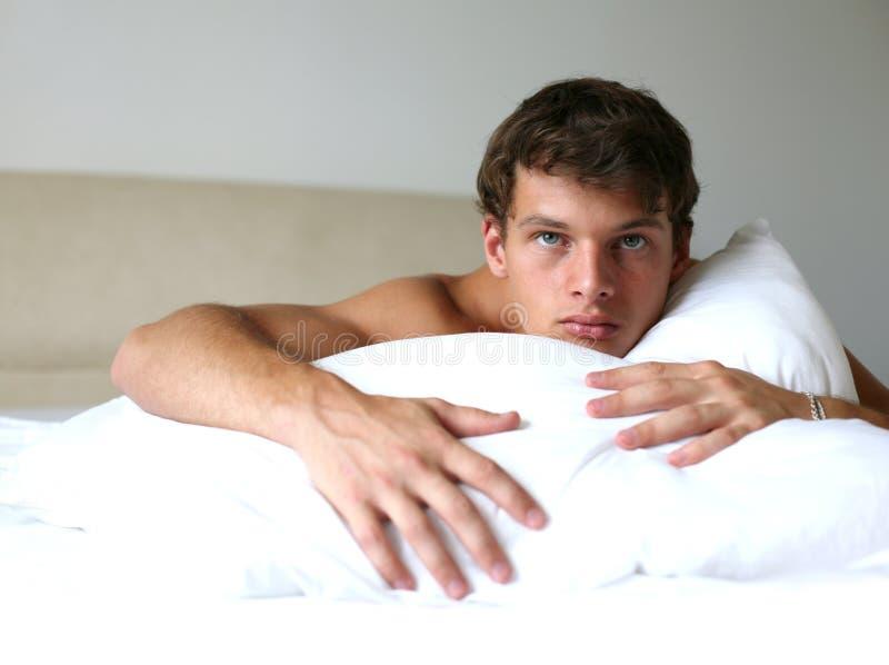 Homem 'sexy' na cama imagens de stock