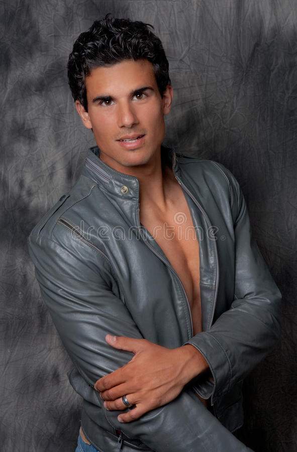 Homem 'sexy' no casaco de cabedal aberto fotografia de stock royalty free