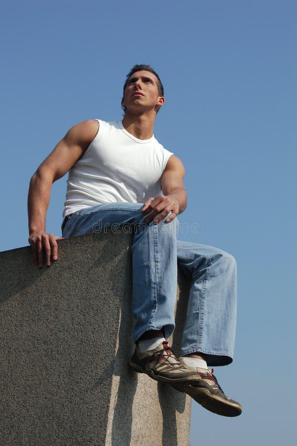 Homem 'sexy' novo de assento fotos de stock royalty free