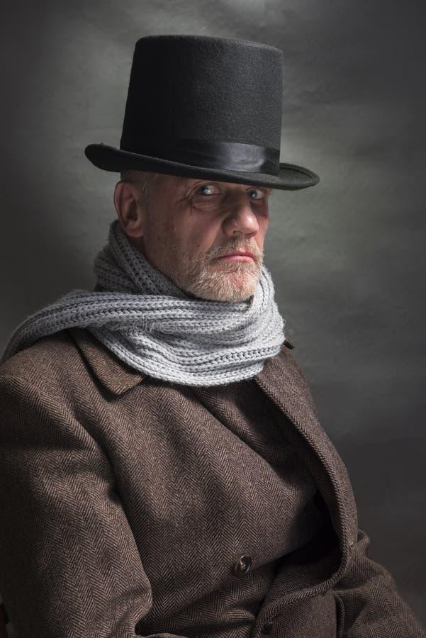 Homem sinistro que veste um chapéu alto e um lenço cinzento fotos de stock royalty free