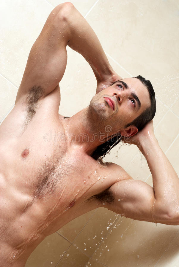Homem sob o chuveiro foto de stock royalty free