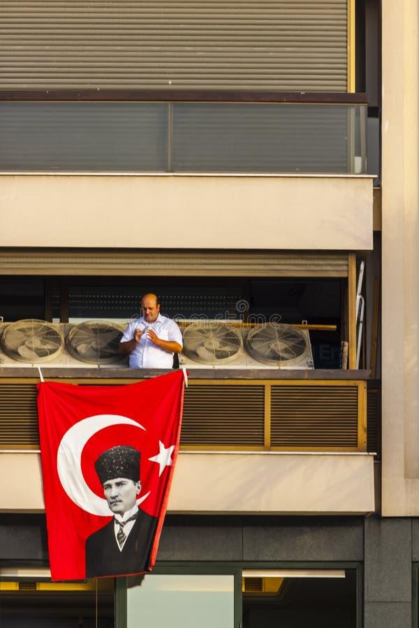 Homem sobre a bandeira turca com Ataturk fotos de stock royalty free