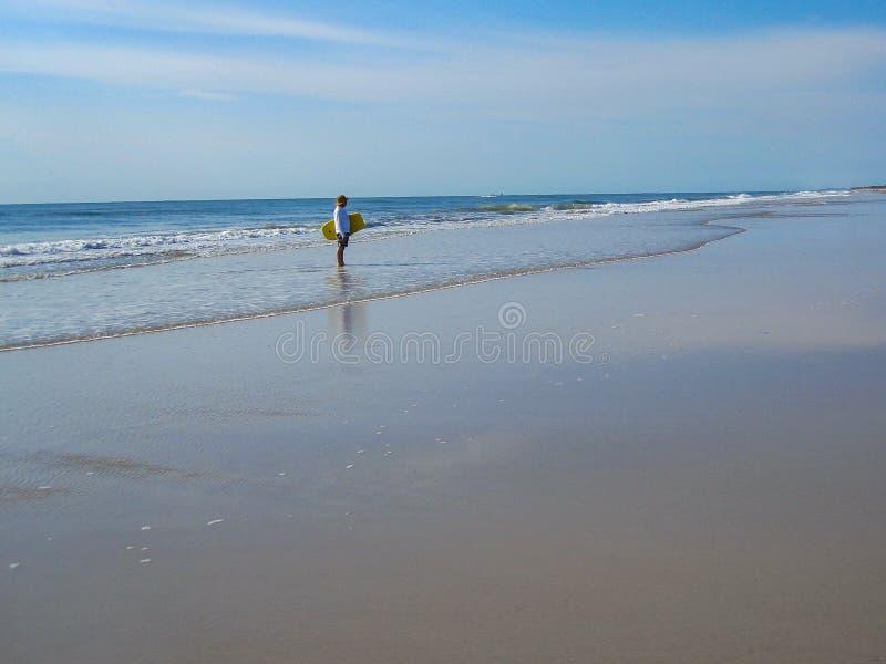 Homem sobre com placa da dança na praia imagens de stock