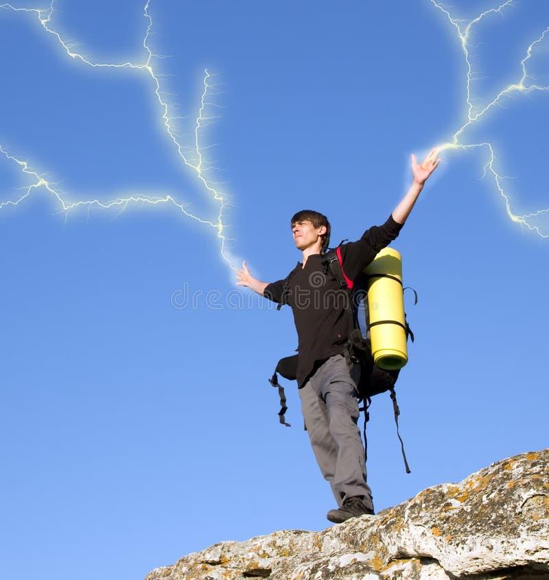 Homem sobre a montanha. ilustração do vetor