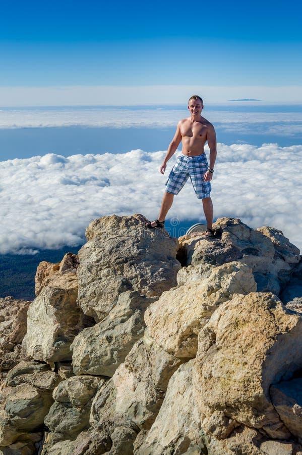 Homem sobre a montanha imagens de stock