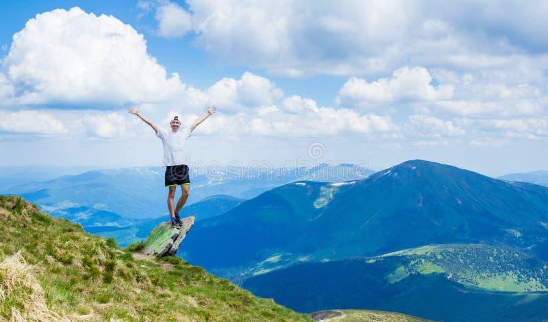 Homem sobre a montanha rochosa com vista bonita fotografia de stock royalty free