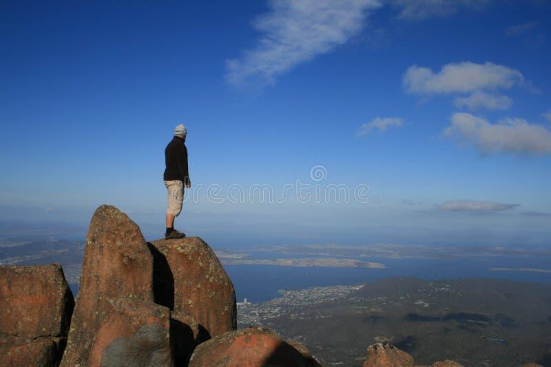 Homem sobre uma montanha imagem de stock royalty free