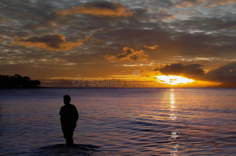 Homem solitário no por do sol. foto de stock