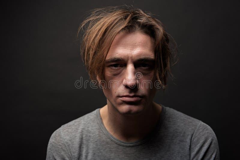 Homem sombrio que sofre do abuso de drogas fotos de stock