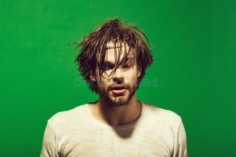 Homem sonolento com cabeça, a cara e cabelo molhados na manhã foto de stock royalty free